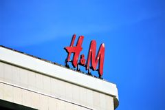 汉诺威/德国- 11/13/2017 - H&M商标的图象-塑造商店 库存图片