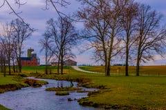 汉诺威 PA/美国- 2018年12月:美国乡下 与乡下公路和绞的小河的田园诗风景 免版税库存图片
