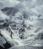汗腾格里峰峰顶冬天风暴 7010m 库存图片