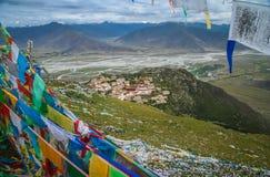 江孜县修道院和祷告旗子 免版税图库摄影