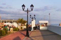 江边与一条热忱的自行车车道和边路的度假区 免版税图库摄影