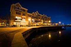江边公寓在晚上,在小行政区,巴尔的摩, Ma 免版税库存图片