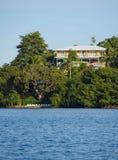 江边加勒比旅馆和热带植被 免版税库存照片