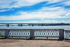 江边和前10月公共事业b的看法 免版税库存照片