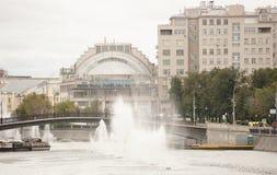 江边和戏院的议院 图库摄影