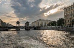 江边和运河在圣彼德堡,俄罗斯 图库摄影