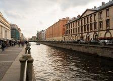 江边和运河在圣彼德堡,俄罗斯 免版税库存图片