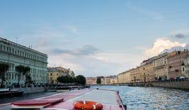 江边和运河在圣彼德堡,俄罗斯 免版税库存照片
