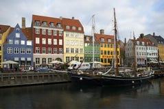 江边和运河Nyhavn多云11月天 哥本哈根 免版税库存照片