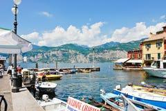 江边在镇马尔切西内,加尔达湖,意大利里 免版税库存照片