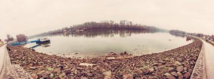 江边在Szentendre,匈牙利,老过滤器 免版税库存照片
