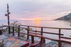 从江边嬉皮酒吧的日落在泰国 免版税库存照片
