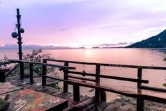 从江边嬉皮酒吧的日落在泰国 免版税图库摄影