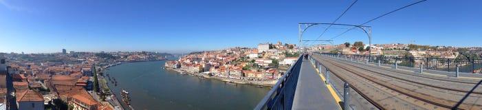 江边散步和波尔图从Dom雷斯桥梁的加亚新城的背景全景 库存图片