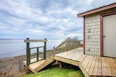 江边海滩船库存贮棚子。 免版税图库摄影