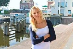 江边的女孩在Gorinchem荷兰镇。 免版税库存照片