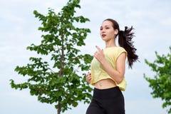 江边的连续亚裔妇女 早晨跑步 运动员火车 免版税库存照片