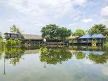 江边的郊区村庄 图库摄影