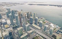 江边的Ontario湖的-概要多伦多摩天大楼为 库存照片