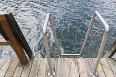 江边船坞和梯子 免版税图库摄影