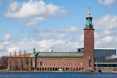 江边视图斯德哥尔摩市政厅 图库摄影