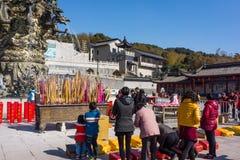江阴,中国在2月2015 19日:人们烧香火春节的第一天到寺庙烧香火  免版税库存图片