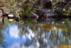 池反映岩石 库存图片