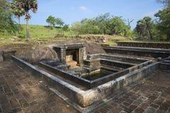 水池古老废墟在皇家金鱼的停放 Anuradhapura,斯里南卡 免版税库存图片