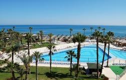 水池和海滩的看法从旅馆 免版税库存图片