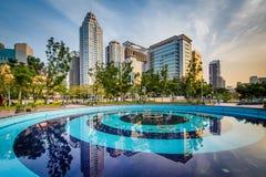 水池和现代摩天大楼板桥的,在新北市, Taiw 免版税库存图片