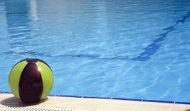 池和球 免版税库存照片