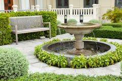 水池和长凳 免版税图库摄影