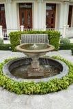 水池和长凳 免版税库存照片