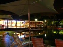 池和餐馆在晚上。 库存图片