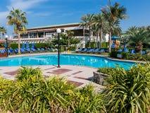 水池和sunbeds在旅馆手段迪拜 库存照片