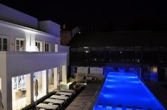 水池在一家现代旅馆里 免版税图库摄影