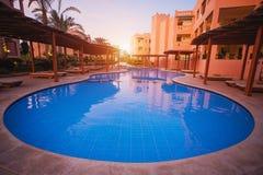 水池在庭院里在旅馆里 免版税库存照片