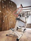 水池在有健身房的一个私有房子里和上升的墙壁在顶楼s 免版税库存照片
