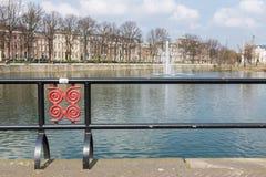 水池在荷兰政府大厦附近的海牙 库存图片