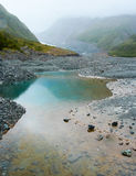 水池在Fox冰川谷,新西兰的夏天雨中 图库摄影