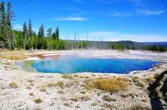 水池地热喷泉热湖岸反弹通入蒸汽的略图西方黄石 库存图片