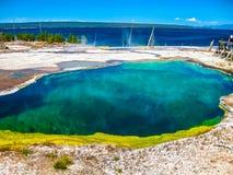 水池地热喷泉热湖岸反弹通入蒸汽的略图西方黄石 库存照片
