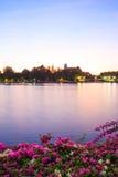 池塘公园大厦日落 库存照片