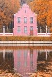 池塘和一个老荷兰房子秋天风景的在莫斯科,Kuskovo,俄罗斯联邦 免版税图库摄影