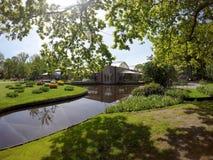 池塘和亭子在皇家Keukenhof公园 库存照片