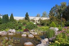 池塘和公园在Mezhyhirya -前总统亚努科维奇前私人住宅  免版税图库摄影