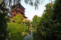 池塘和塔在公园 库存照片