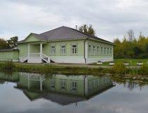 池塘和家博物馆的看法 免版税库存图片