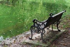 池塘和椅子 库存图片