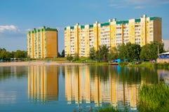 池塘在一个住宅区 免版税库存图片